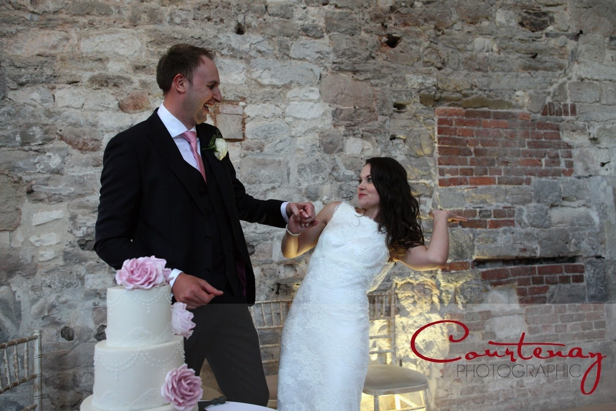 couple cut the wedding cake